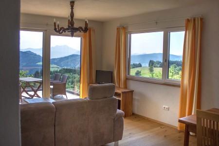 Wohnbereich mit Blick auf die Terrasse